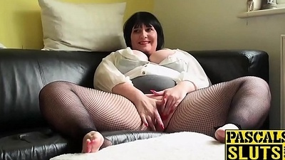 Mature chubby lassie gratifying her wet snatch at bottom someone's skin sofa